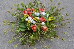 Pavasarīgi koša ziedu kompozīcija