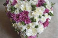 Ziedu kompozīcija - balta un rozā sirds