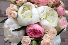 Peoniju un rožu apsveikuma pušķis