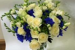Liels apsveikuma pušķis kāzām - baltas rozes, frēzijas, zili ziedi un zaļumi