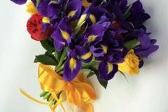 Violets apsveikuma pušķis - īrisi, rozes, lillā, sarkans, dzeltens