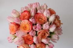 Maigs tulpju un rožu apsveikuma pušķis