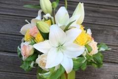 Rožu un liliju apsveikuma pušķis pasteļtoņos