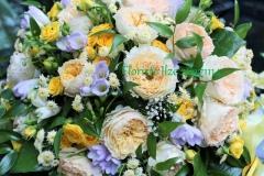 Ekskluzīvu rožu kompozīcija - David Austin rozes, dārza rozes, frēzijas dzeltenos un violetos toņos