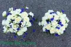 Baltas rozes, frēzijas un rudzupuķes apsveikuma pušķos