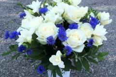 Liels apsveikuma pušķis - balts, zils, rozes, frēzijas, rudzupuķes