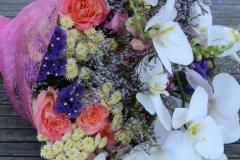 Rozes, orhidejas, smalki ziedi un zaļumi - liels apsveikuma pušķis rozā toņos