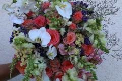 Liels rožu un vasaras ziedu apsveikuma pušķis ar baltām orhidejām