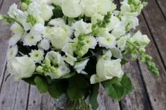 Krāšņs apsveikuma pušķis no baltiem ziediem