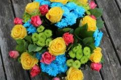 Lielas dzeltenas rozes krāsainā un lielā apsveikuma pušķī