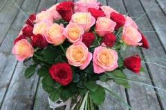 Liels raibu rožu pušķis