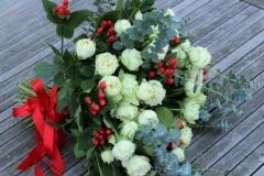 Baltas peoniju rozes, sarkanas ogas, mint krāsas zaļumi