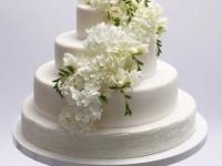 Balti ziedi uz kāzu tortes