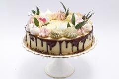 Tortīte ar bezē un zaļumu dekoru