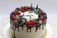 Šokolādes torte ar ķiršiem un ogu dekoru