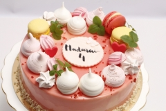 Maskarpones - aveņu bērnu torte ar makarūnu un bezē dekoru