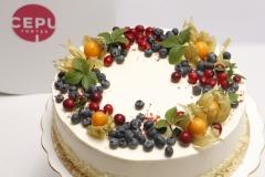 Karameļu torte ar ogu dekoru