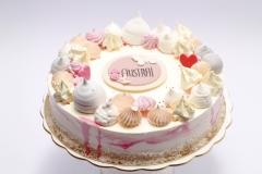 tortīte ar bezē un dzīvo ziedu dekoru