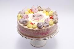 Biskvīta tortīte bērna jubilejā. Dekors bezē cepumi un uzrakstiņš ar vārdu