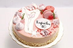 Jubilejas torte mākslas vingrotājai. Zīmējums uz ēdamā rīspapīra zīmēts un krāsots ar pārtikas krāsām.
