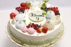 Medus torte ar bezē un ogu dekoru