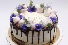 Rērnu torte ar šokolādi, bezē un rudzupuķu dekoru