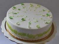 Torte ar vārīto krēmu un svaigām zemenēm. Tortei cukura masas pārklājums cukura mežģīnes sīki ziedi