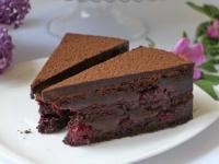 Šokolādes biskvīta torte ar šokolādes krēmu un ķiršiem
