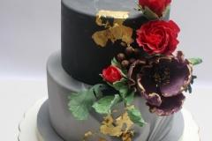 Jubilejas torte ar cukura ziediem un zeltu