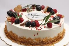 Jubilejas tortīte ar vārīto krēmu un brūklenēm