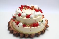 Maskarpones aveņu divstāvu torte uz koka ripas