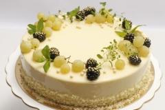 Maskarpones- aveņu torte ar ogu dekoru