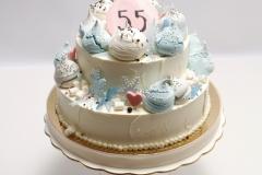 Jubilejas torte ar vārīto krēmu un brūklenēm, bezē dekors