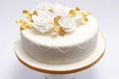 Zelta kāzu jubilejas torte. Maskarpones-aveņu torte ar baltām rozēm