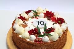 Saldi-skābenā medus kūka ar bezē un ogu dekoru
