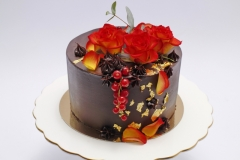 Šokolādes torte ar mango krēmu un dzivo ziedu dekoru