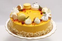 Maskarpones - aveņu musa kūka ar spoguļglazūru un makarūnu dekoru.