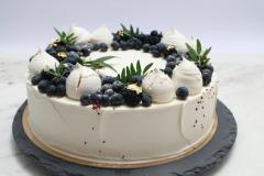 Torte dekorēta ar ogām