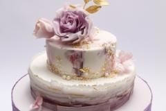 Zelta kāzu Jubilejas torte ar cukura masas dekoriem un cukura ziediem