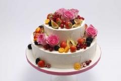 Jubilejas torte ar vārīto krēmu un brūklenēm