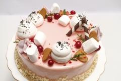 Torte ar spoguļglazūru un bezē dekoru