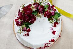 Torte ar dzīvajām rozēm. Daudz laimes!