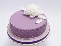 Kāzu torte ar cukura masas pārklājumu un baltu peoniju