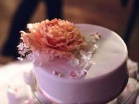Kāzu torte ar cukura peonijām