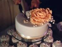 Kāzu kūka un kūciņas ar cukura ziediem