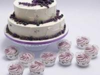 Lavandas kāzu kūka un kapkeiki