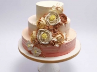Kāzu torte ar vārīto krēmu un brūklenēm