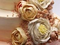 Sviesta krēma rozes uz kāzu tortes