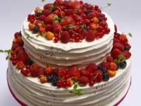 Kāzu tortei - rievotas sviesta krēma sānu malas, ogu dekors