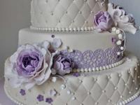 Biskvīta kāzu torte ar violetu dekoru